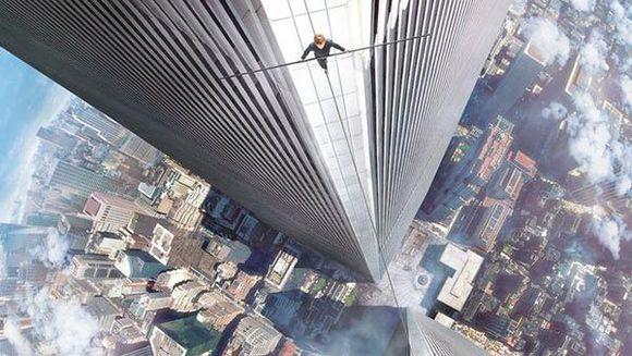 在纽约世贸大楼双子塔之间搭建钢索